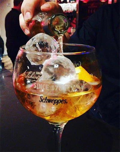hielo redondo en coctel